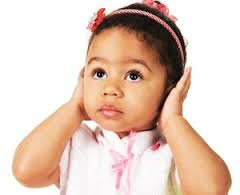 Un'intera classe di prima elementare impara il linguaggio dei segni, per parlare con il compagno sordo